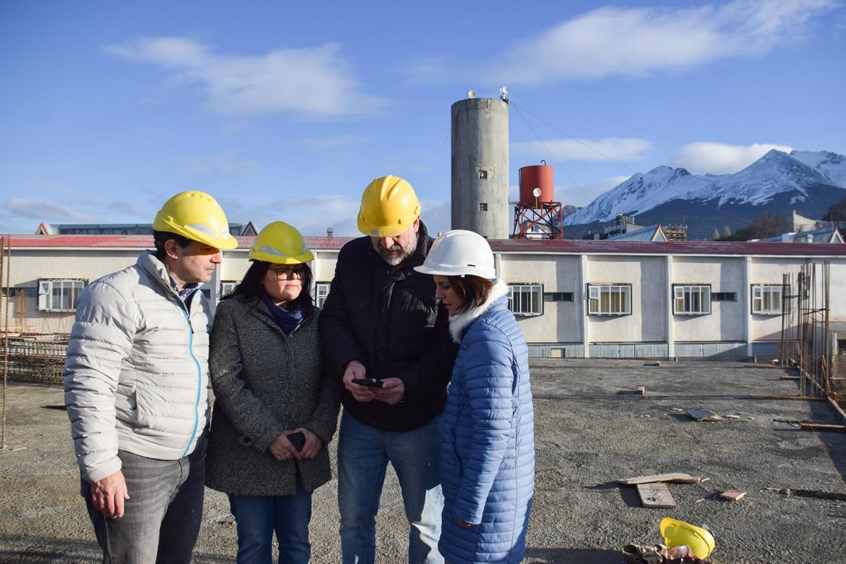 Photo of Ampliación del Hospital Regional Ushuaia: Funcionarios y legisladoras recorrieron la obra