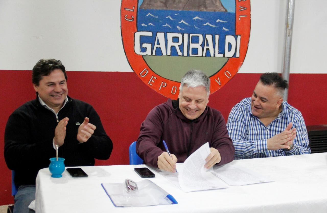 Photo of SE FIRMÓ EL CONTRATO PARA LA CONSTRUCCIÓN DEL GIMNASIO DEL CLUB GARIBALDI